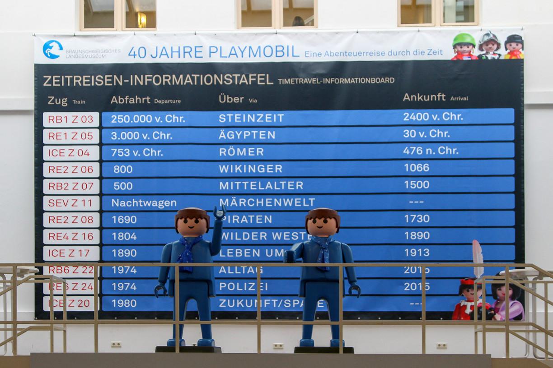 Lebensgroße Playmobil-Figuren begrüßen die Besucher im Foyer. Foto: Stephen Dietl