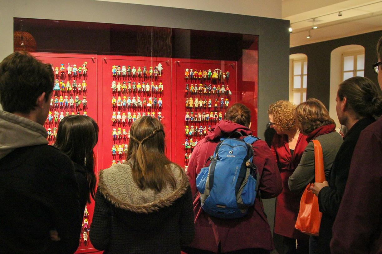 Die Besucher bestaunen die Sonderfiguren. Foto: Stephen Dietl
