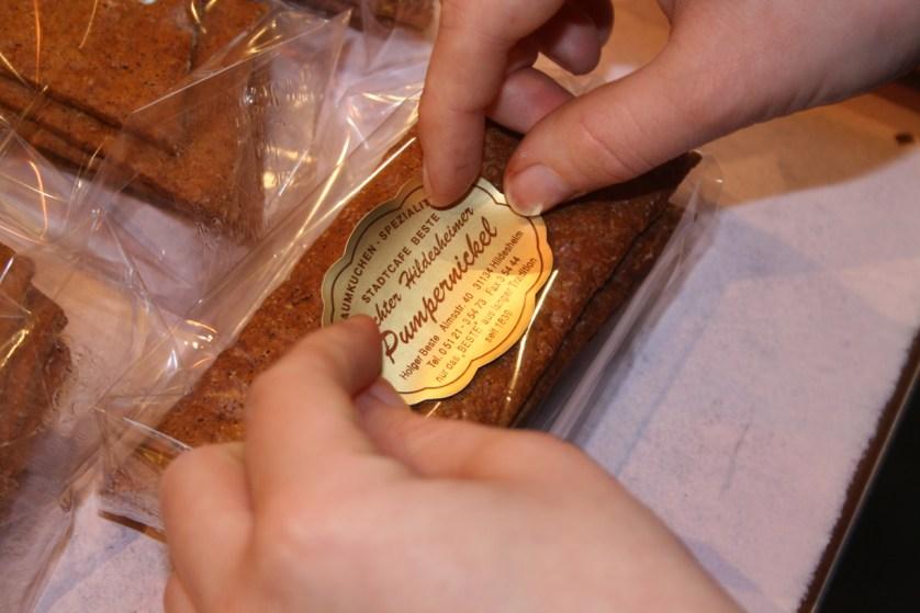 Pumpernickel verpacken (c) Hildesheim Marketing