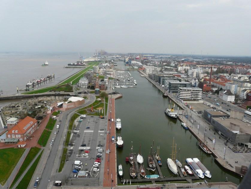 Blick von der Auussichtsplattform Sail City auf den Neuen Hafen in Bremerhaven