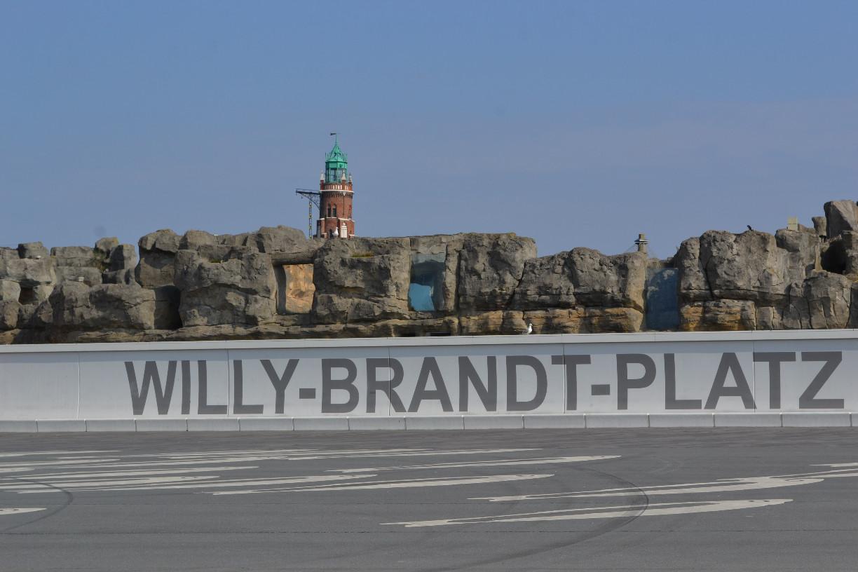 Willy-Brandt-Platz mit Zoo am Meer und Loschen-Leuchtturm