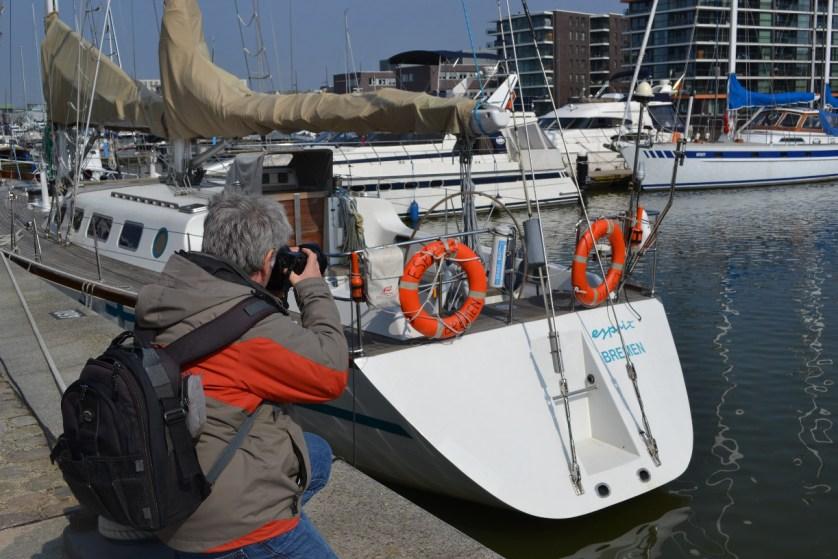 Detailaufnahme einer Yacht - Helmut Groß in Aktion