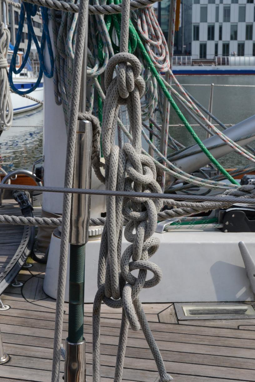 Fotogenes Tauwerk auf einer Yacht