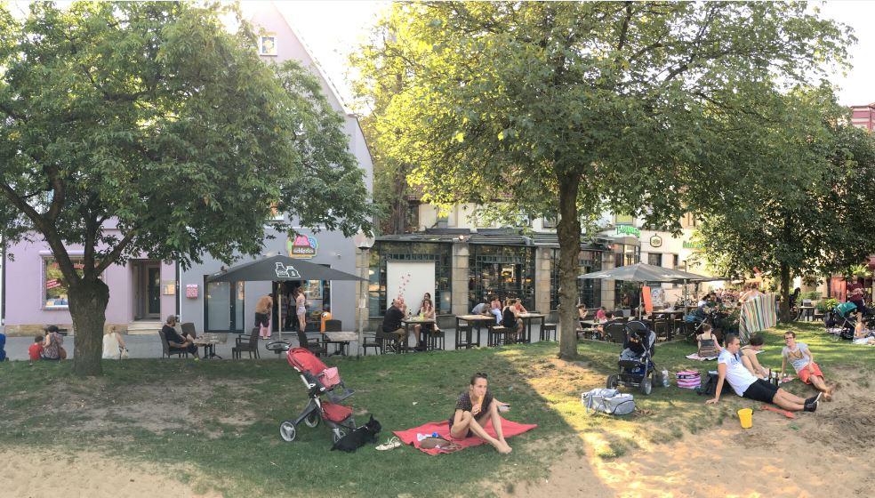Die Cafés und Bars am Adolf-Reichwein-Platz bieten für jeden das Richtige. Foto © Erik Dombre