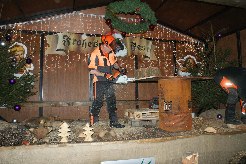 Kettensägenkunst auf dem Wilhelmshavener Weihnachtsmarkt