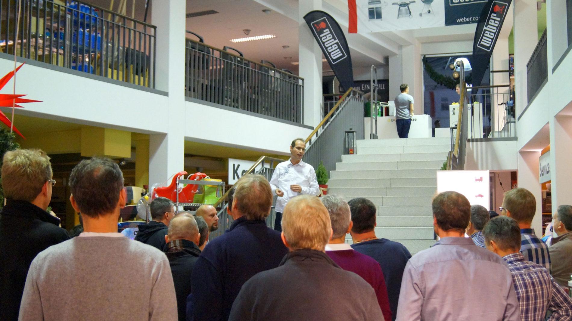 Udo von Ey begrüßt die Teilnehmer beim Männerabend im Spielzeugladen in Gifhorn
