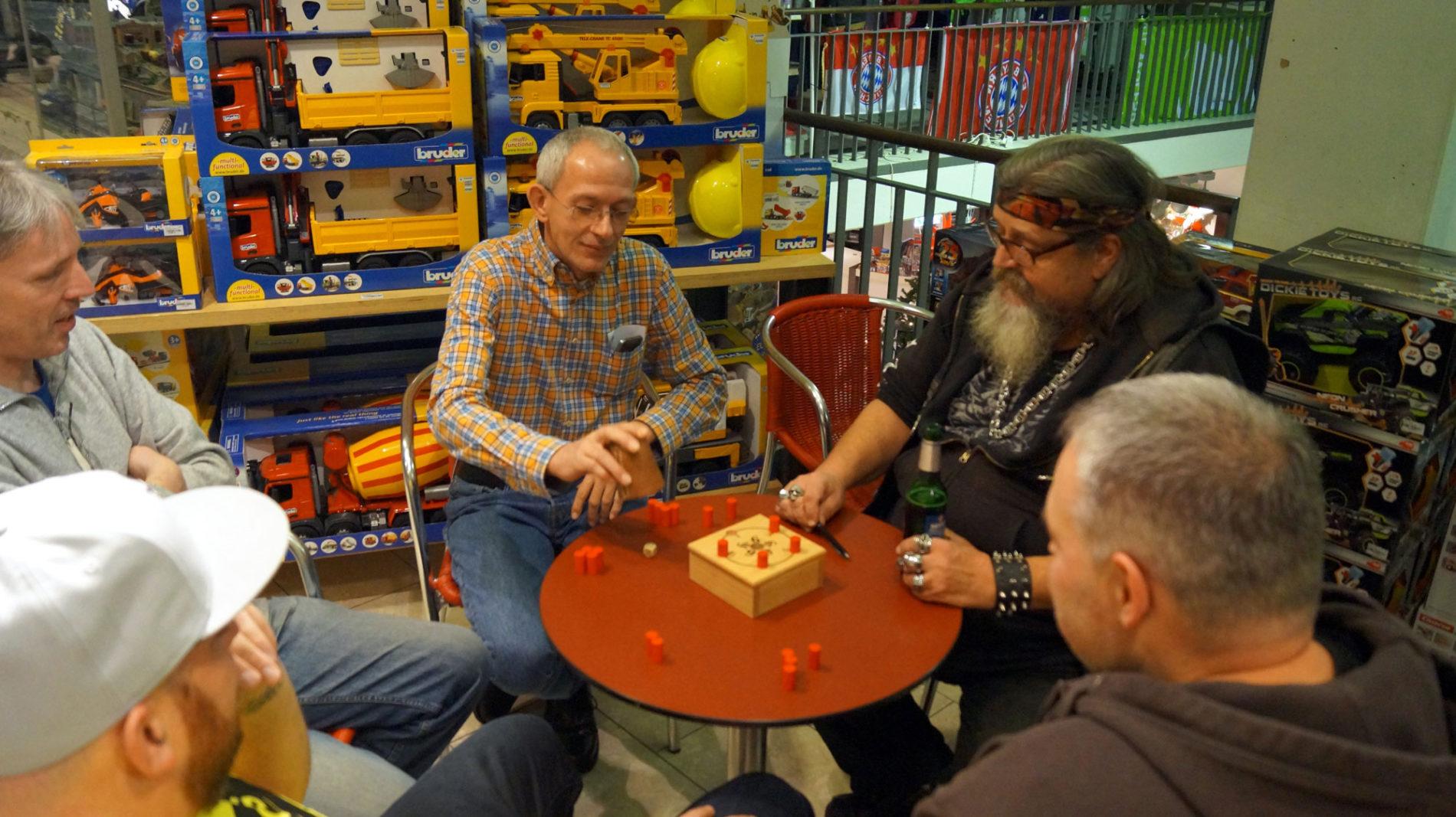 Würfelspiel beim Männerabend im Spielzeugladen Schütte in Gifhorn