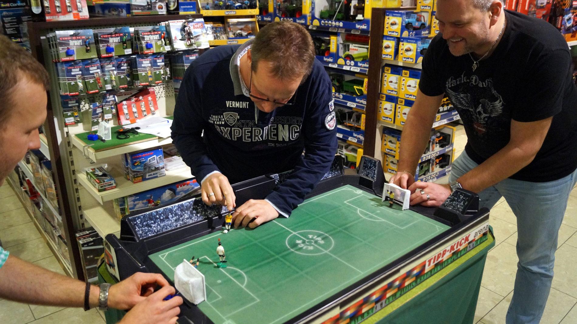 Tipp Kick beim Männerabend im Spielzeugladen Schütte in Gifhorn