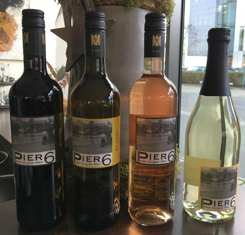 Die Hausweine des PIER 6 - daneben bietet der vom Gstraum sichtbare Weinkeller noch eine weitere riesige Auswahl. c) Dörte Behrmann