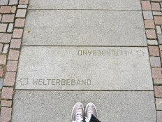 Neben der Rosenroute führt auch das Welterbeband durch Hildesheim.