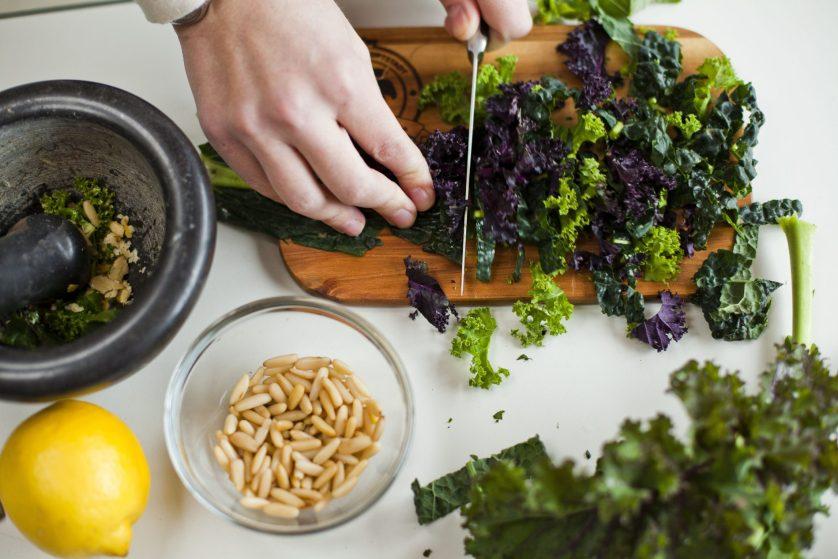 Grünkohl-Zutaten für einen leckeren Salat mit Pinienkernen und Zitrone