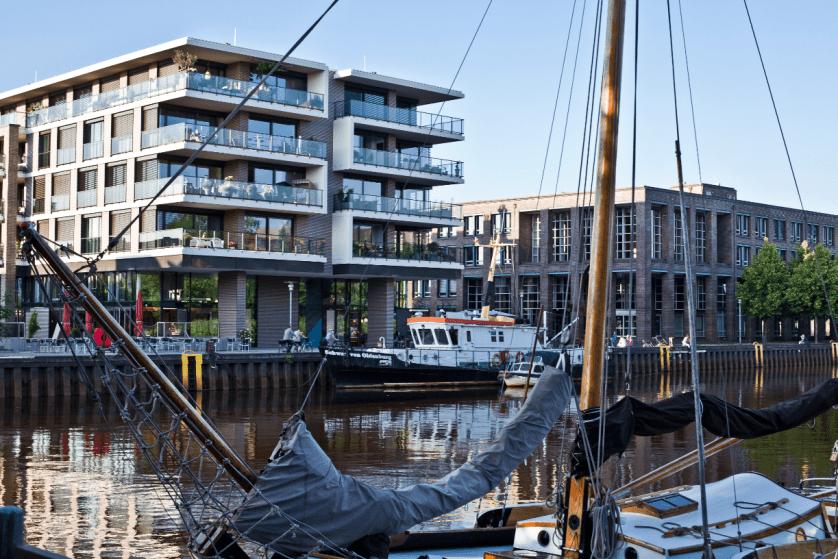 Stadthafen Oldenburg und Promenade laden zu Spaziergänge und kurzen Pausen am Wasser ein.