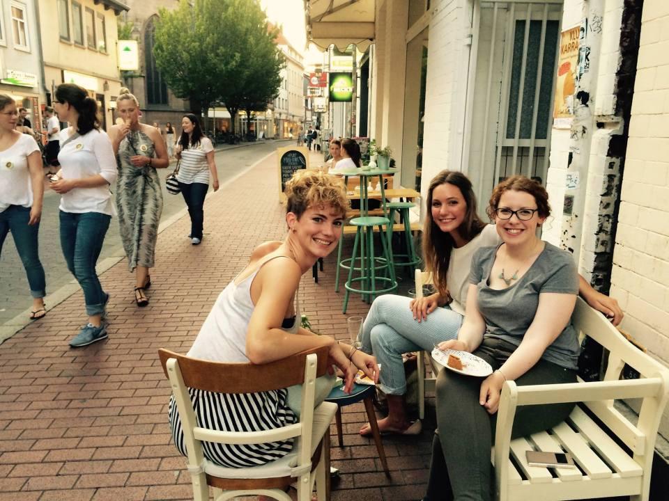 Gäste genießen vor dem Café Birds schöne Tage