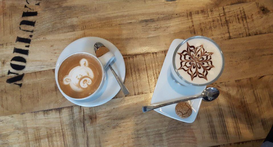 Meister der Verzierung von Kaffees und Tees - das Team vom Kaffeehus