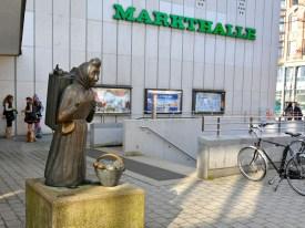 Die Marktfrau vor der Markthalle