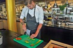 Das grüne Schneidebrett steht in der Küche übrigens für Gemüse. Auf gelben wird Fisch zubereitet, auf roten Fleisch. So wird kein Gericht verunreinigt. Foto: Braunschweig Stadtmarketing GmbH