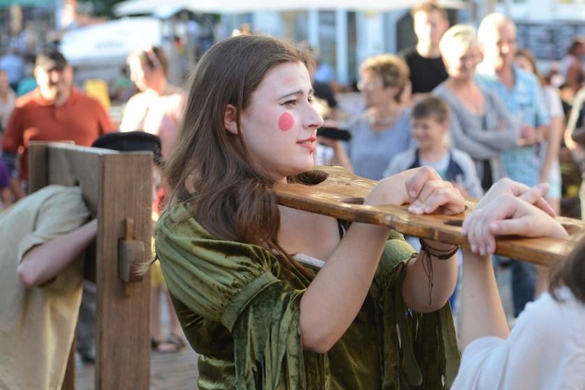 Das Bild zeigt eine Szene mit eine jungen Theaterspielerin.