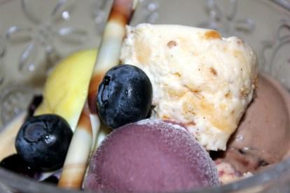 Der Gifhorner Eisbecher im Restaurant Ratsweinkeller, drei Kugeln Eis, Heidelbeeren, Moussenocke.
