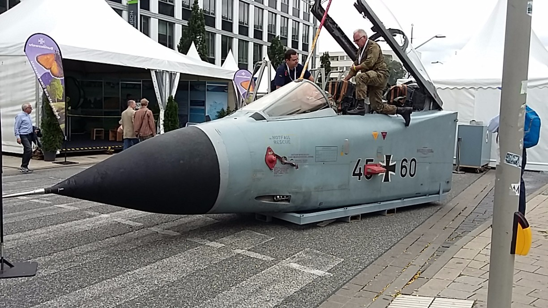 Ein Cockpit eines Tornado Kampfjet wird auf die Besucherströme vorbereitet.