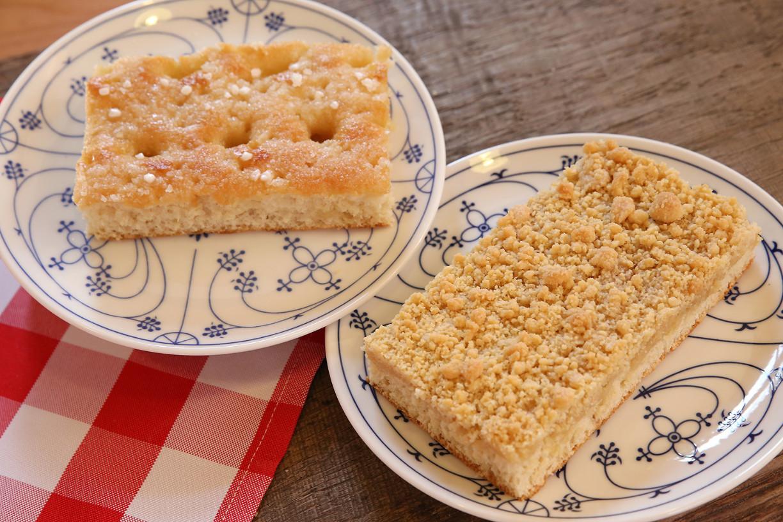 Zwei Teller mit Butter- und Streuselkuchen im Mühlenviertel in Gifhorn.
