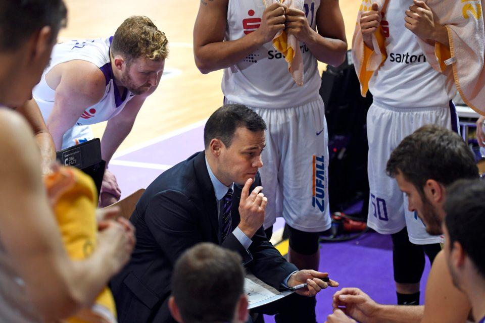 Ein eingeschworemnes Team - der Trainer und seine Spieler bei der Lagebesprechung