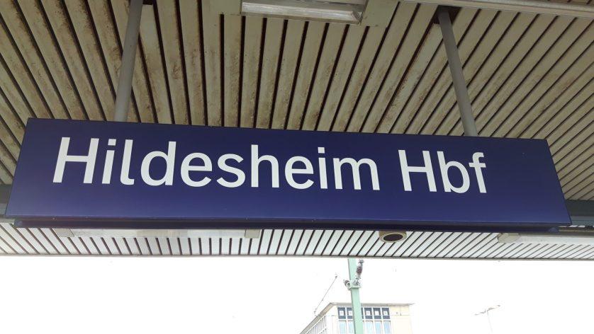Das Stationsschild des Hildesheimer Hauptbahnhofes (c) Keno Hennecke