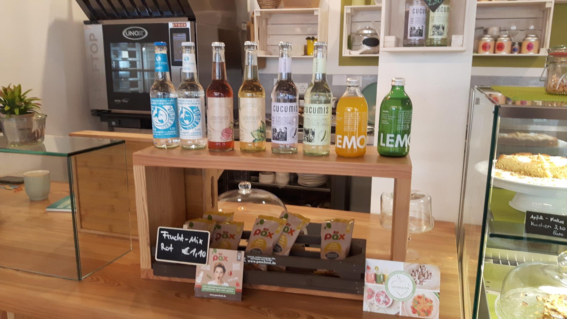 Fruchtsäfte und Schorlen sind im Café Lecker & Pur auf dem Tresen angeordnet (c) Keno Hennecke