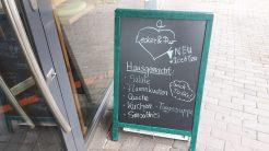 Eine Kreidetafel mit den Tagesempfehlungen für das vegane Café (c) Keno Hennecke
