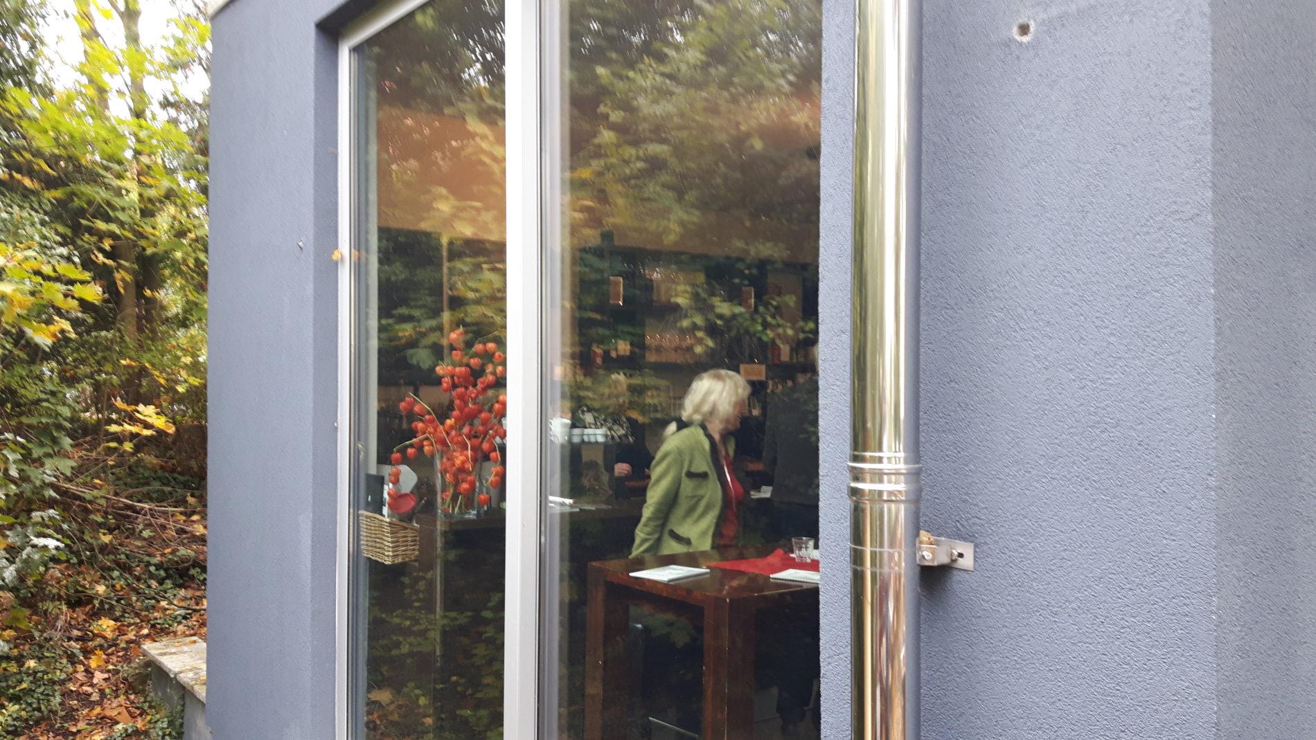 Ein Blick von außen ins Café Viva in Hildesheim