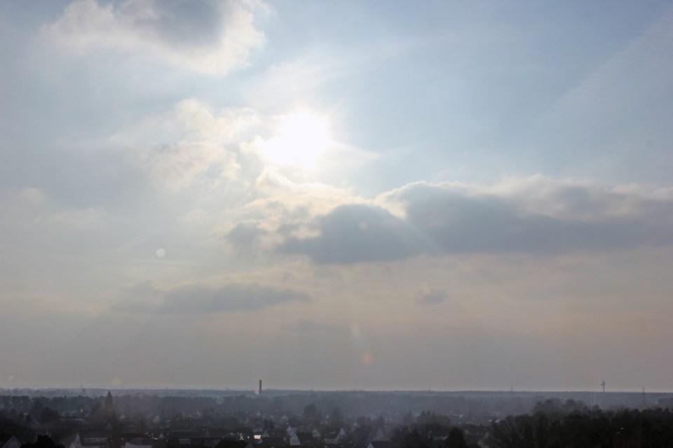 Bewölkter Himmel mit strahlender Nachmittagssonne, Aussicht aus dem Café im Gifhorner Wasserturm