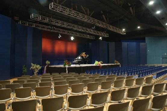 Der Blick von den -noch- leeren Rängen auf die Bühne © Barbara