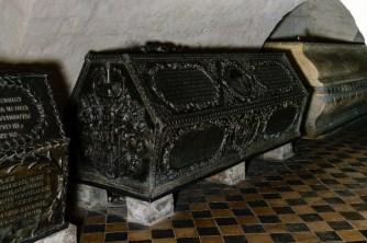 Vor ansteigendem Wasser sind die Sarkophage geschützt.