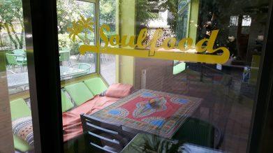 Ein Blick durchs Fenster ins Innere des Restaurants
