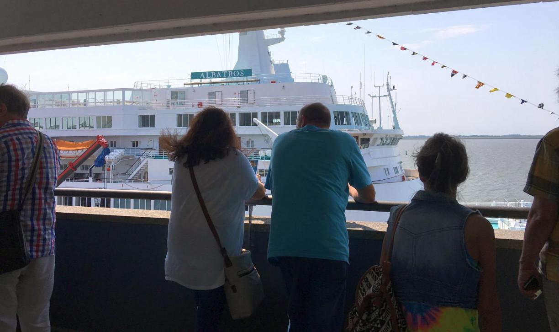 Besucher vor Kreuzfahrtschiff