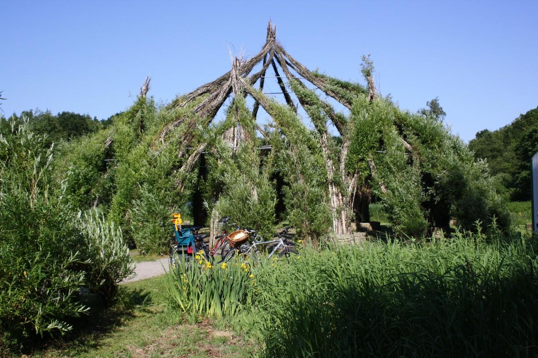 300 freiwillige Helferbauten 2003 das 320 Quadratmeter große Weidenschloss