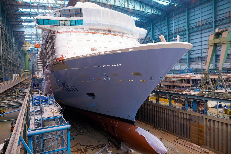 """Das Kreuzfahrtschiff """"Spectrum of the Seas"""" im Baudock der Meyer Werft"""