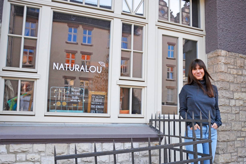 Louisa Dellert vor dem Geschäft naturalou in Braunschweig. Foto: BSM