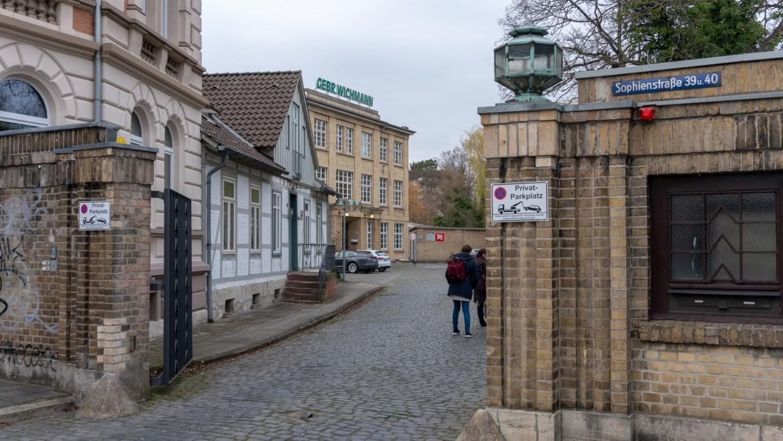Die Einfahrt auf das alte Wichmann-Gelände entführt schon in eine andere Zeit
