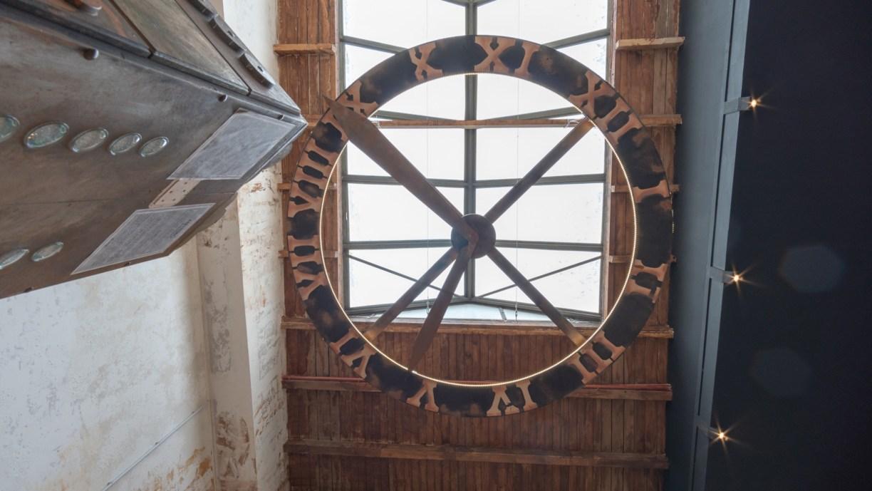 Im Eingang hängt unter dem Glasdach einen riesengroße Uhr