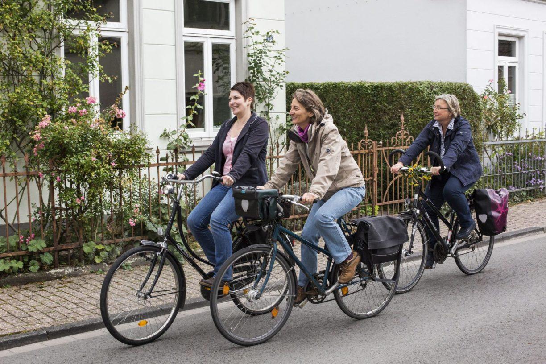 """Fahrradfahrer im Stadtteil Bürgerfelde vor der Kulisse der """"Oldenburger Hundehütten"""""""