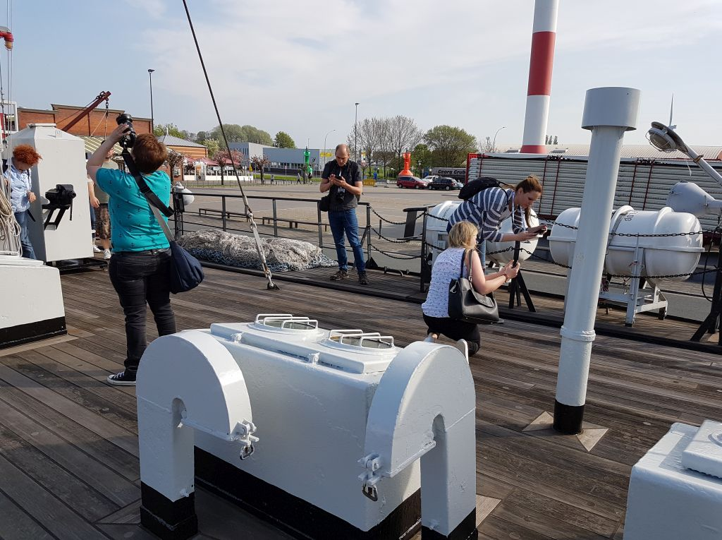 "Instagrammer bei ihrer Lieblingsbeschäftigung an Bord der ""Gera"" (c) Tanja Albert"