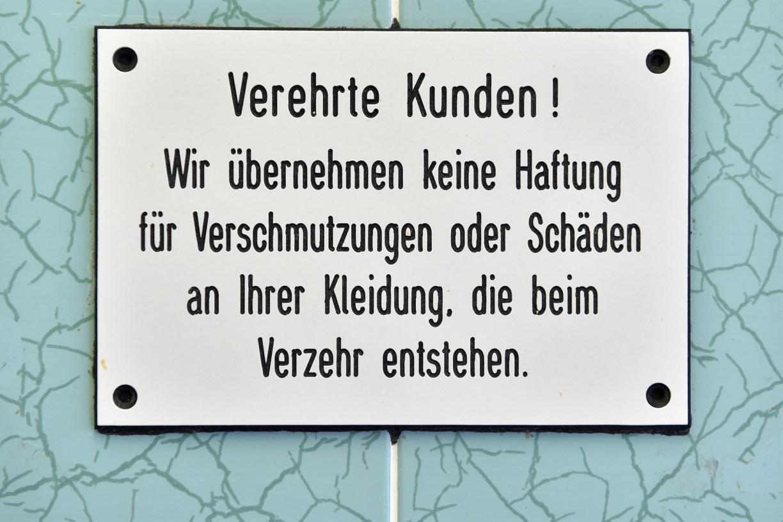 Hinweisschild im Bratwurst-Glöckle, dem Kult-Imbiss in Göttingen.