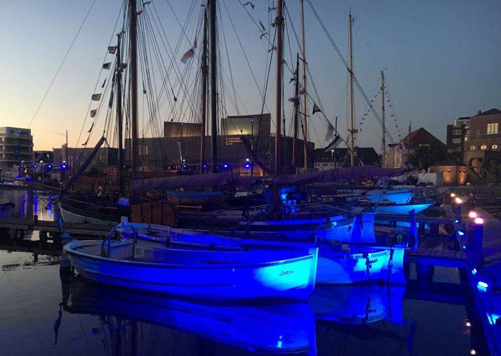 Blaues Licht erleuchtet die Schiffe im Neuen Hafen beim SeeStadtFest - Landgang Bremerhaven (c) Mailin Knoke