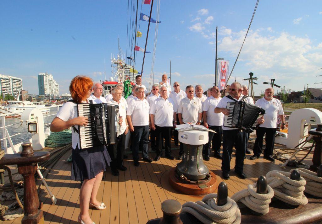 Shanty Chor an Bord auf dem SeeStadtFest - Landgang Bremerhaven (c) Tanja Albert