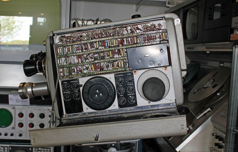 Fernsehkamera von innen mit Schaltungen und Kabeln im Kinomuseum Vollbüttel