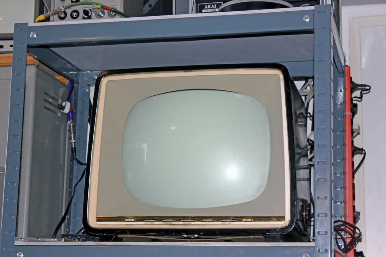 Fernseher Loewe Opta von 1957 in einem Regal im Kinomuseum Vollbüttel