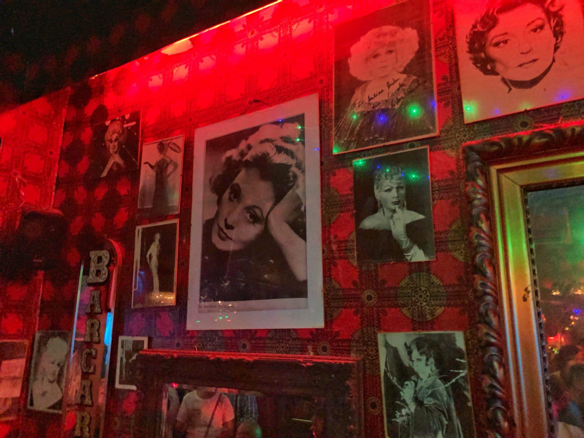 Bilder großer Diven an der Wand der Barkarole