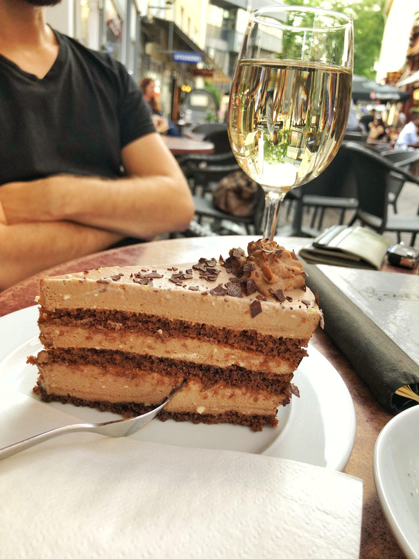 Kuchen und Weinschorle im Café Konrad