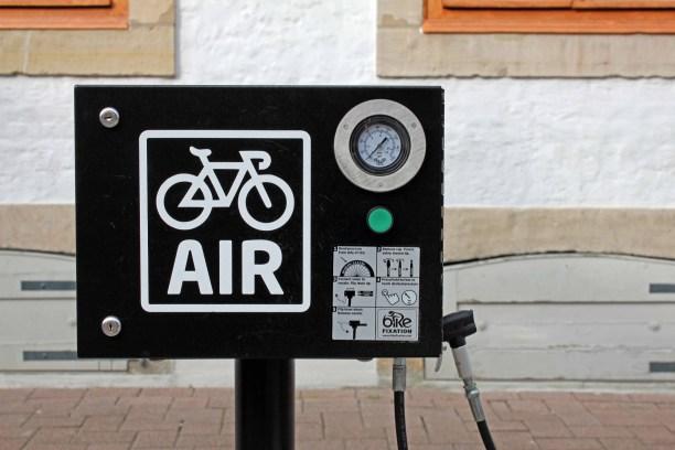 Die Fahrradpumpe vor dem Alten Rathaus in Celle.