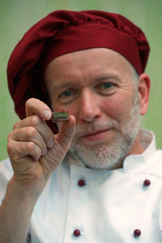 Christian Klinge mit einer angeschnittenen Grünkohlpraline.